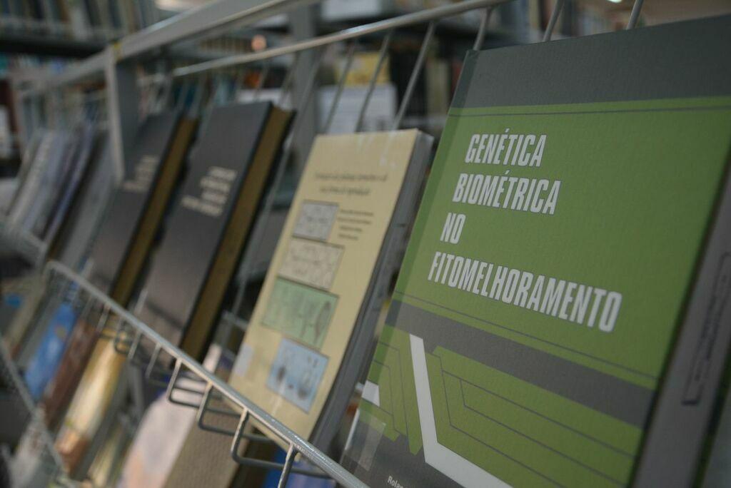 Departamento de Engenharia Florestal recebe acervo do pesquisador Roland Venconsky