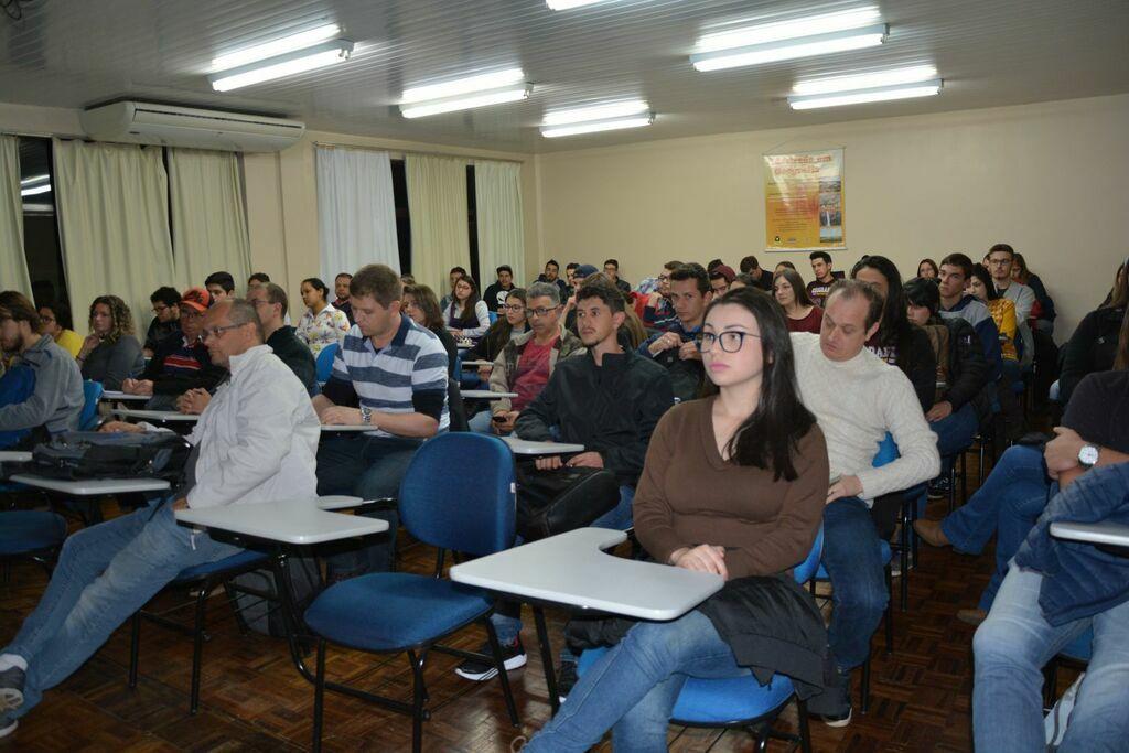 Estudantes de Geografia  participam de palestra com representante da Here Technologies