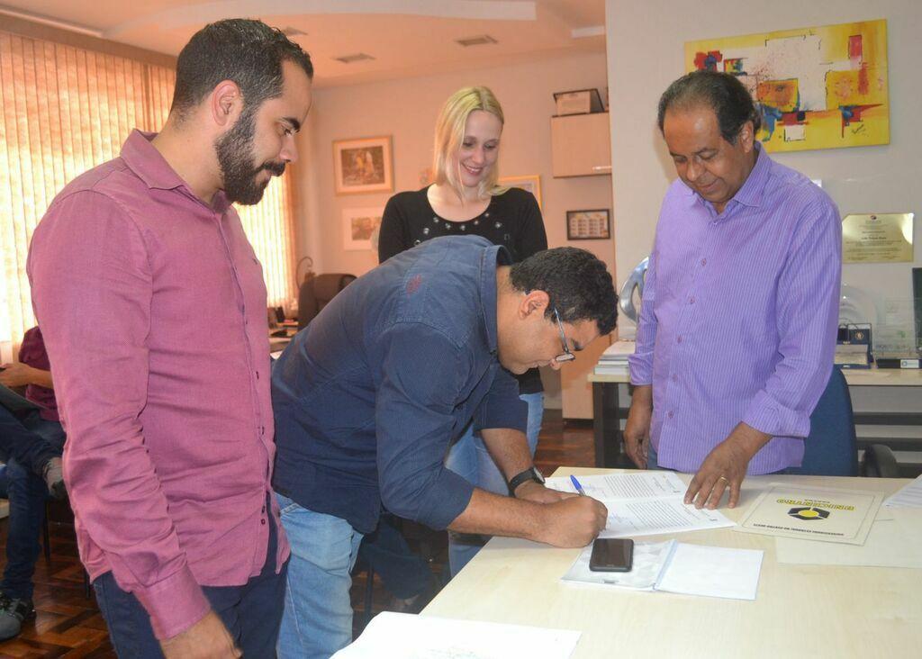 Unicentro assina ordens de serviço para realização de quatro obras