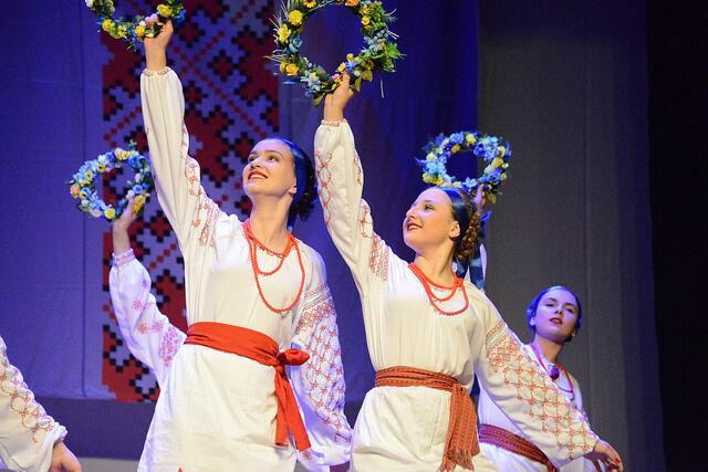 Vesselka anima noite do Festival de Arte Folclórica