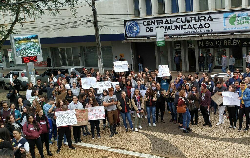 Comunidade universitária realiza atos em defesa da educação pública