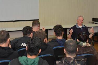 Pesquisador britânico participa de roda de conversa em inglês no campus Irati
