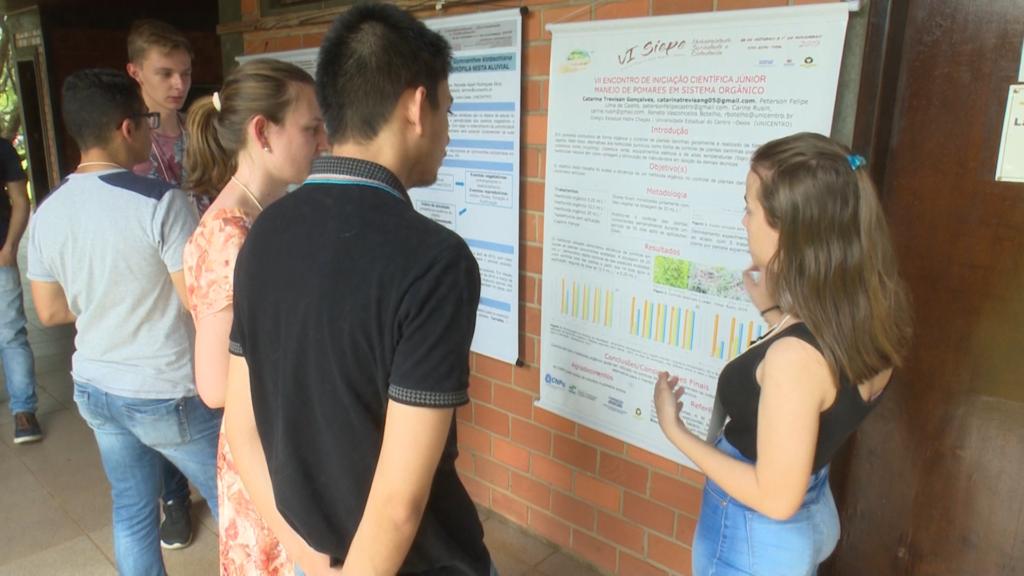 Estudantes de Ensino Médio apresentam resultados de pesquisa de IC Júnior