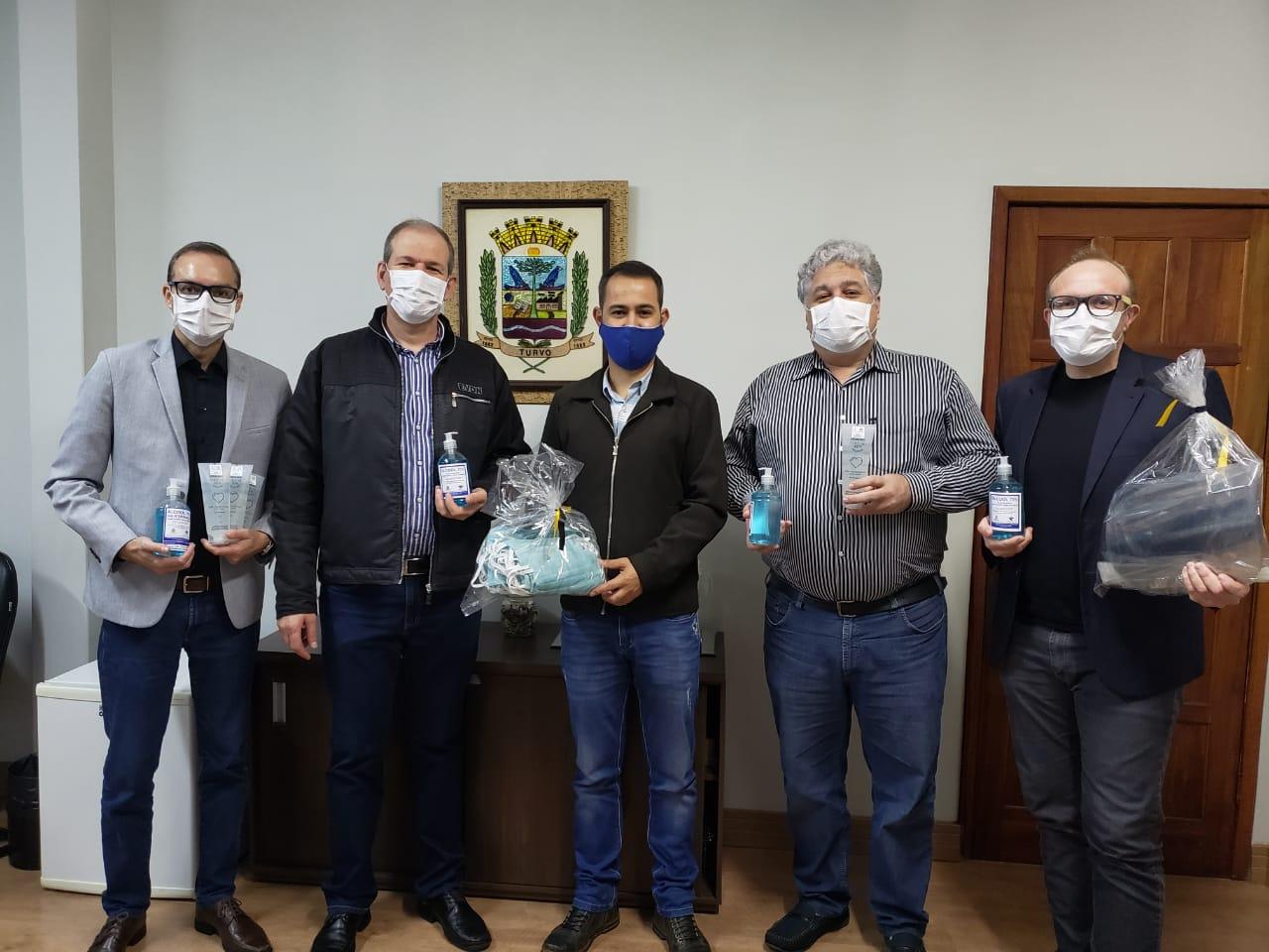 Unicentro entrega álcool-gel e máscaras para prefeituras de Turvo e Boa Ventura do São Roque