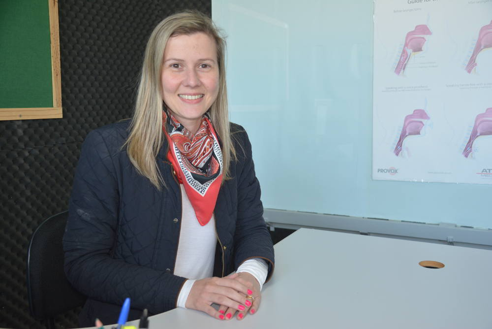 Professora da Unicentro recebe prêmio de excelência por pesquisa na área de Fonoaudiologia