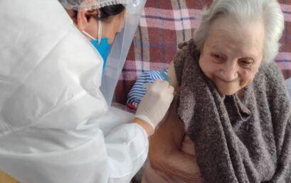 Professoras da Unicentro visitam idosos acamados para aplicar vacina contra a Covid-19