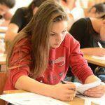 No primeiro dia de provas, candidatos resolvem questões objetivas e redação