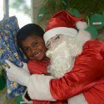 Unicentro entrega kits da campanha de Natal para crianças de Guarapuava e Irati