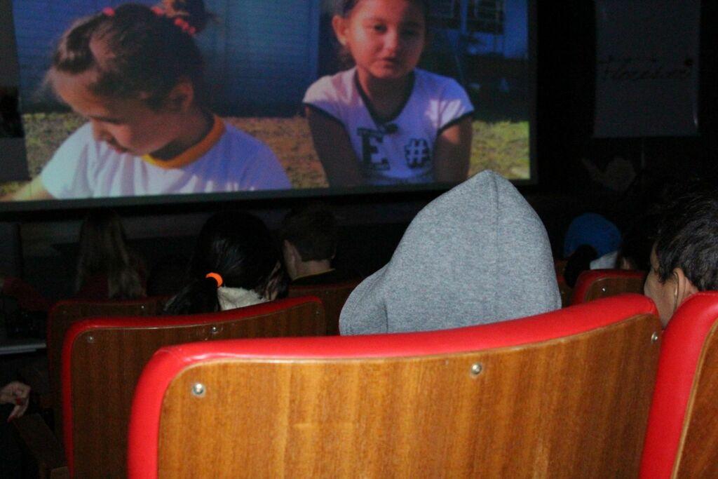 Em sessão de cinema do Florescer, prefeitura entrega projeto que transforma Maria da Penha nas Escolas em lei