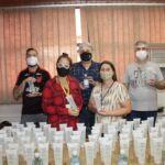 Unicentro repassa álcool em gel para grupo de idosos do Sesc